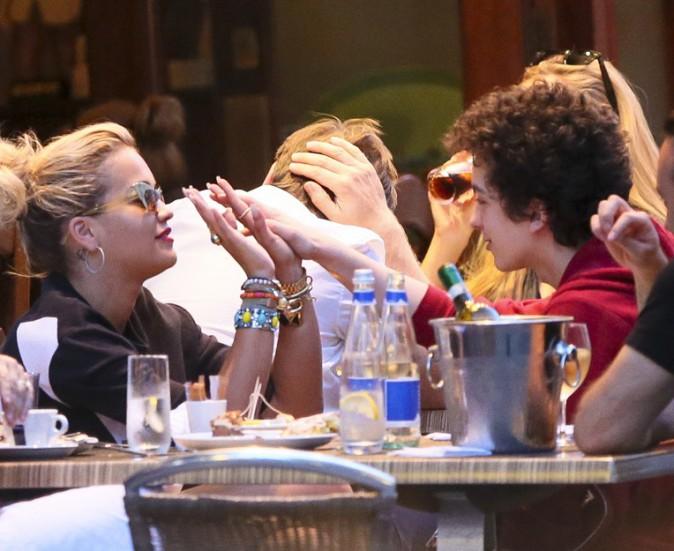 Rita Ora dans un restaurant de Londres avec sa maman et son frère le 25 juillet 2013