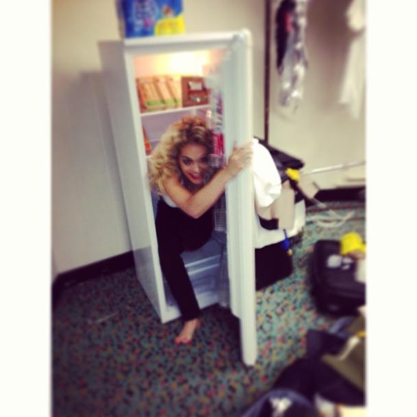 Photos : Rita Ora : toujours aussi déjantée, elle se planque dans un frigo !