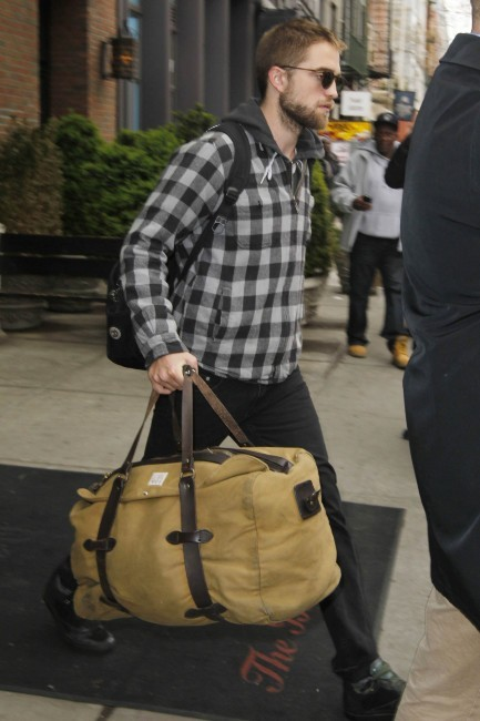 Robert Pattinson a quitté New York pour rentrer à Los Angeles, le 23 avril 2013