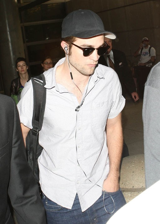 Robert Pattinson à son arrivée à l'aéroport de Los Angeles le 25 octobre 2012