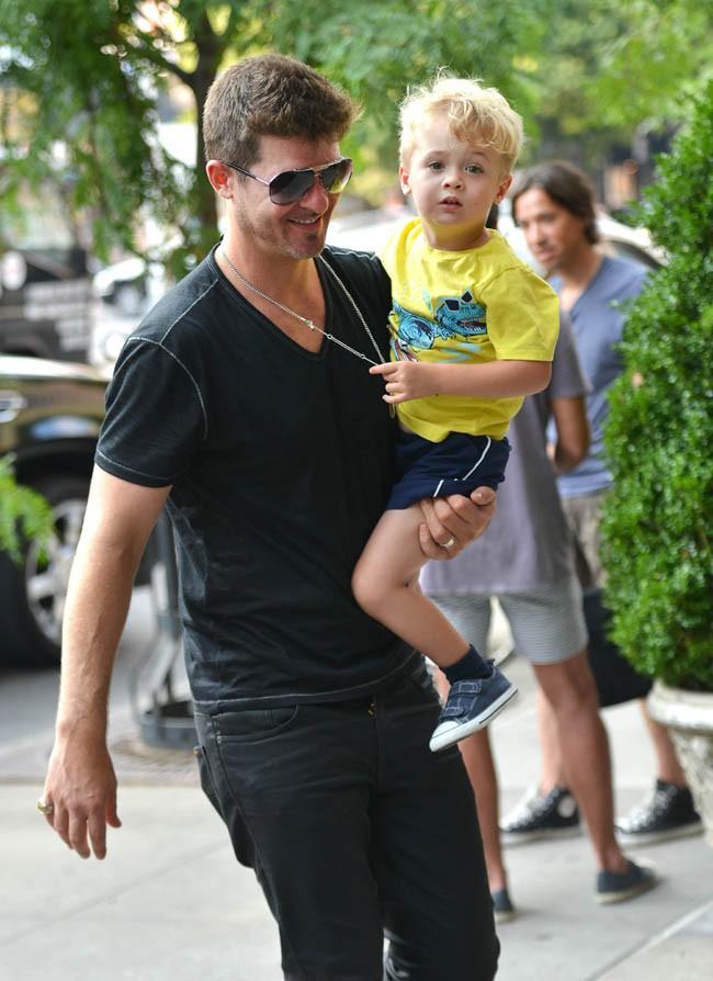 Robin Thicke avec son fils Julian Fuego à New-York le 17 juillet 2013