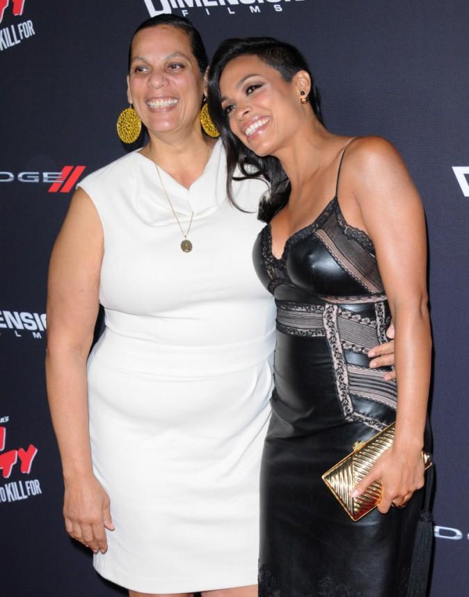 Rosario Dawson et sa mère sur le tapis rouge de l'avant-première de Sin City 2, à Los Angeles, le 19 août 2014 !