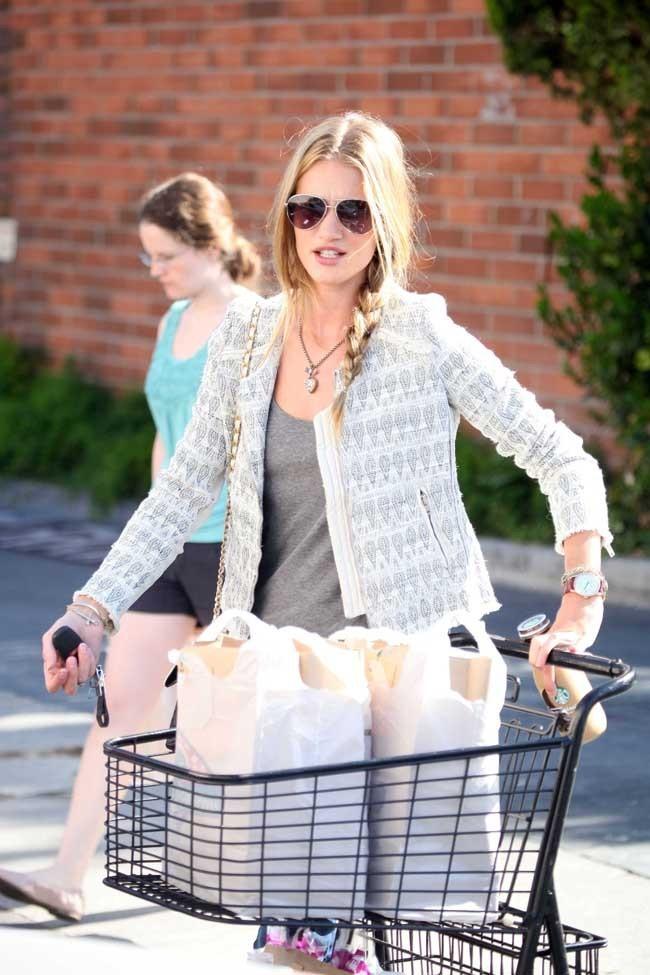 Elle maîtrise le glamour au supermarché...
