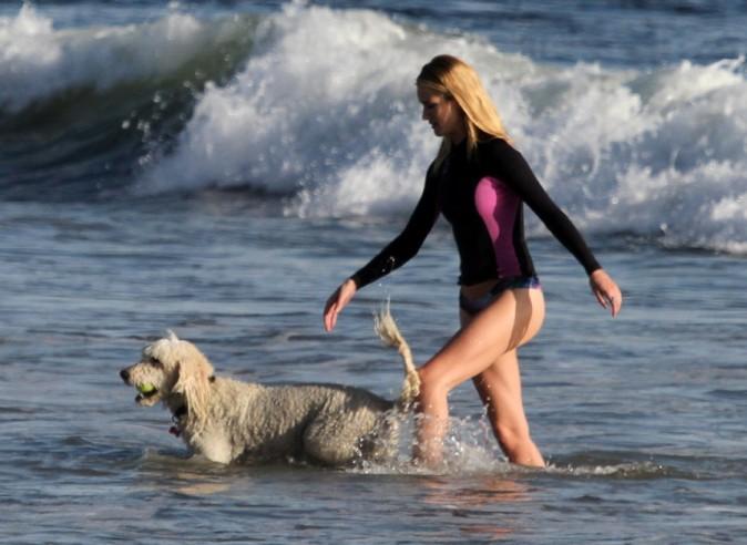Rosie Huntington-Whiteley avec son chien à Los Angeles le 2 mars 2013