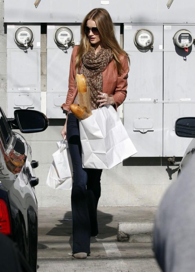 Rosie Huntington-Whiteley en plein shopping de dernière minute à Los Angeles, le 24 décembre 2011.