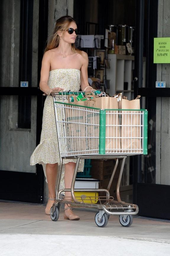 Rosie Huntington-Whiteley faisant ses courses à Malibu, le 3 juillet 2011.