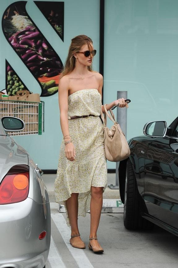 Rosie Huntington-Whiteley, ravissante dans sa robe Blu Moon !