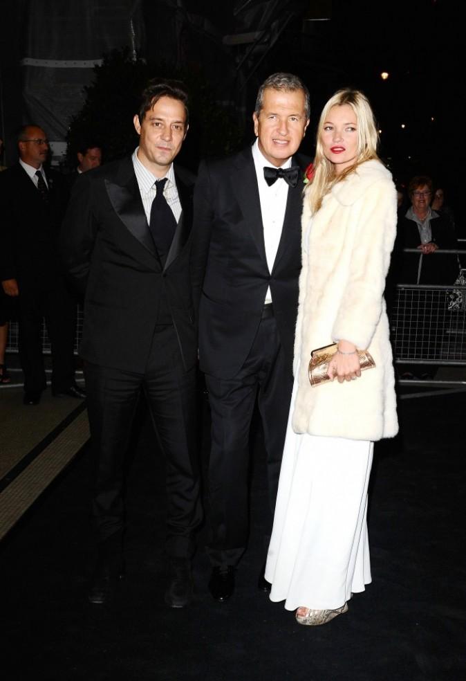 Jamie Hince, Mario Testino et Kate Moss lors de la soirée Moët & Chandon Etoile Award Ceremony à Londres, le 19 septembre 2011.