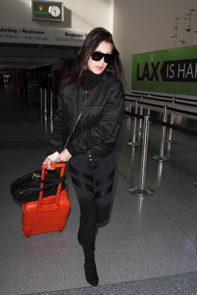 Le total look black comme Bella Hadid