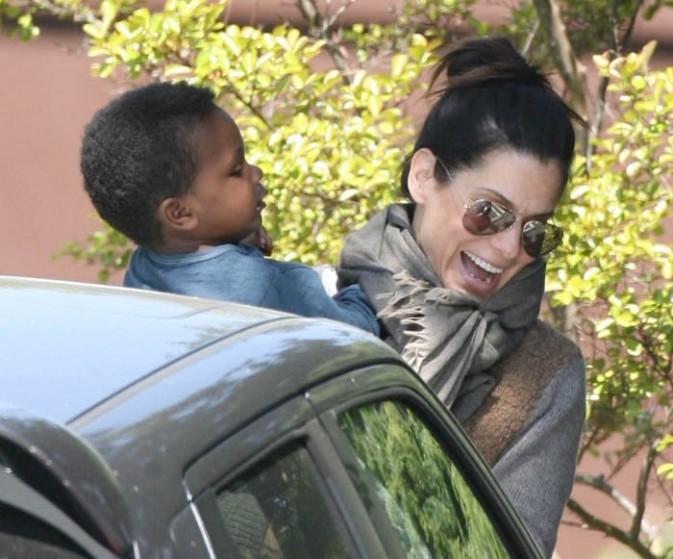 Sandra Bullock vient chercher son fils à l'école