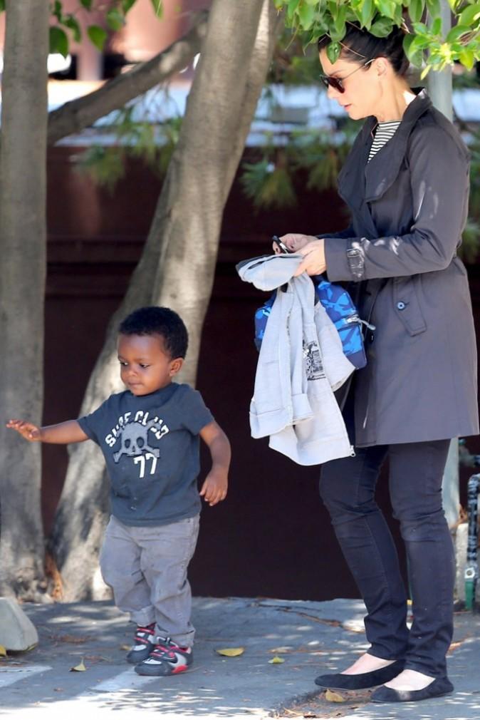 Sandra Bullock passe chercher son fils à l'école
