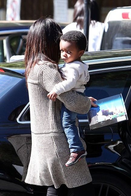 Sandra Bullock et son fils Louis à Los Angeles, le 21 février 2012.