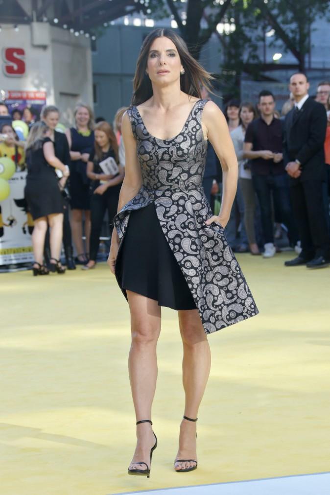 """Photos : Sandra Bullock : une sexy girl entourée de ses """"Minions"""" !"""