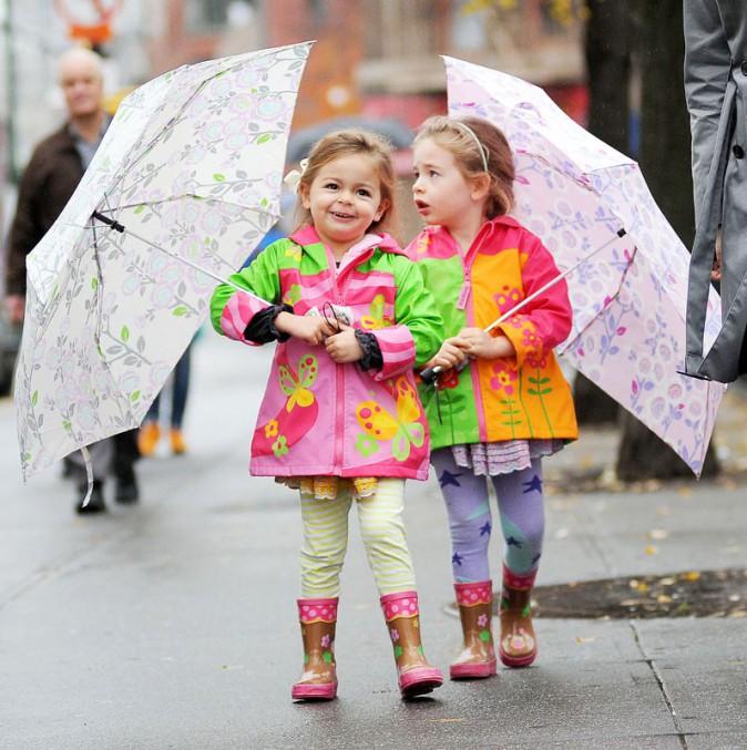 Pendant ce temps, les deux filles cadettes de la star vont à l'école