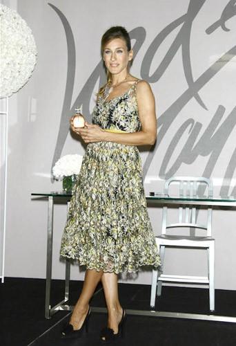 Elle dédicace son parfum Olovelyo en 2005 à New York