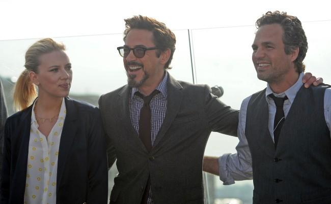 Scarlett Johansson et Robert Downey Jr. lors du photocall de The Avengers à Moscou, le 17 avril 2012.