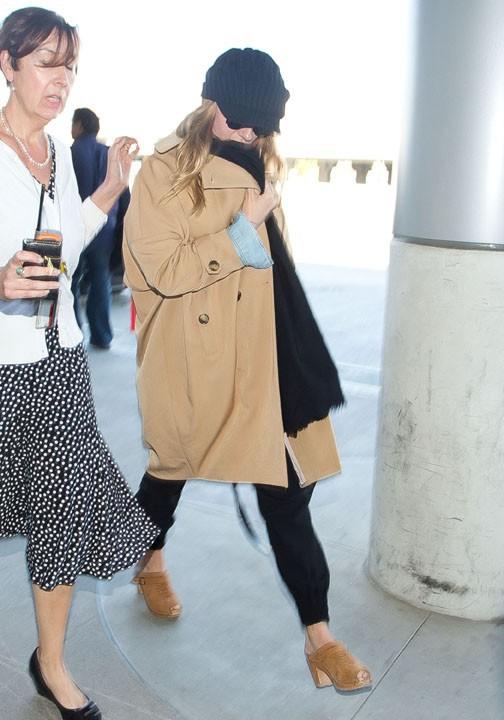 Scarlett Johansson à l'aéroport de Los Angeles le 15 mars 2014