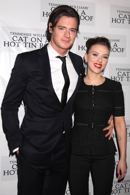 """Scarlett Johansson et Benjamin Walker lors de la soirée de lancement de la pièce de théâtre """"La chatte sur un toit brûlant"""" à New York, le 17..."""