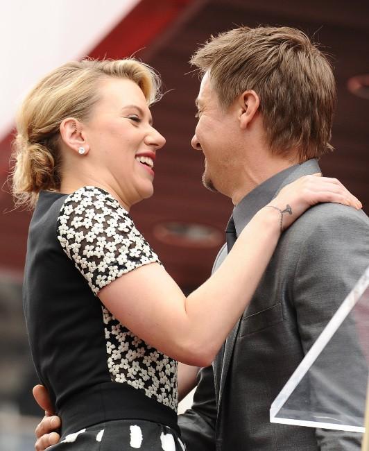 Scarlett Johansson honorée sur le Walk of Fame à Los Angeles aux côtés de son ami Jeremy Renner, le 2 mai 2012.