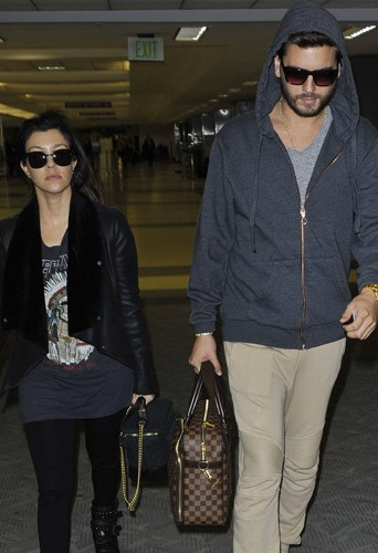 Photos : Scott Disick : triste mine à l'aéroport avec Kourtney Kardashian après la mort de son père…