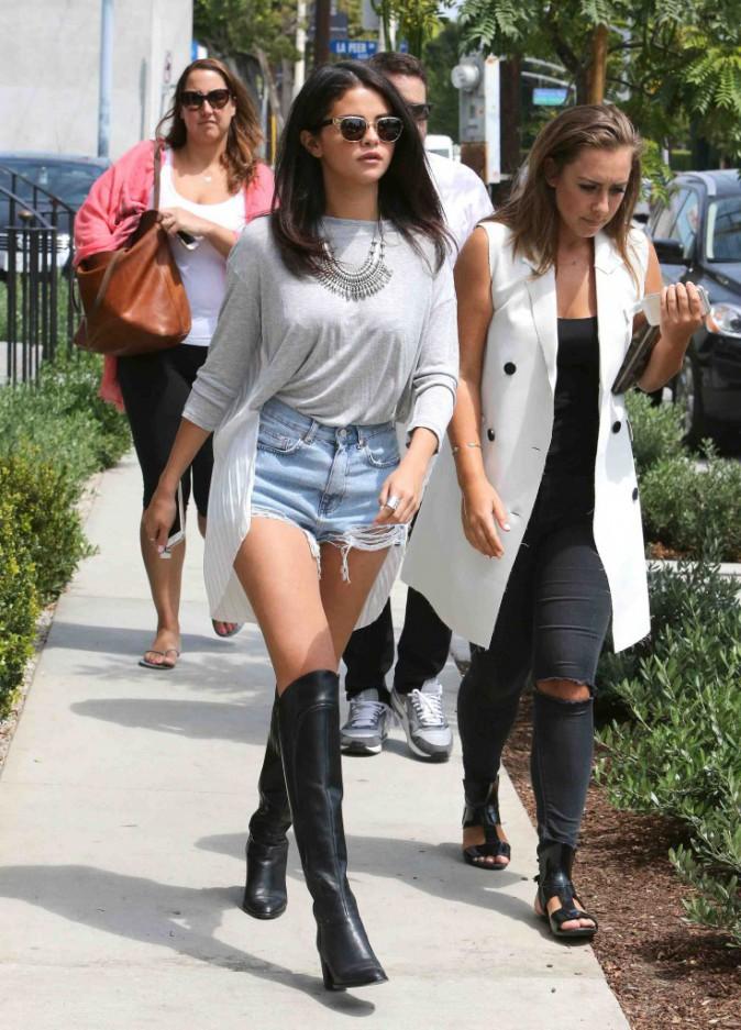 Selena Gomez : déjeuner stylé pour la chanteuse qui sort le mini short et les bottes en cuir !