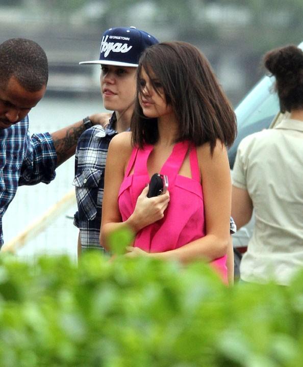 Un vrai petit bonbon Selena avec son haut rose !