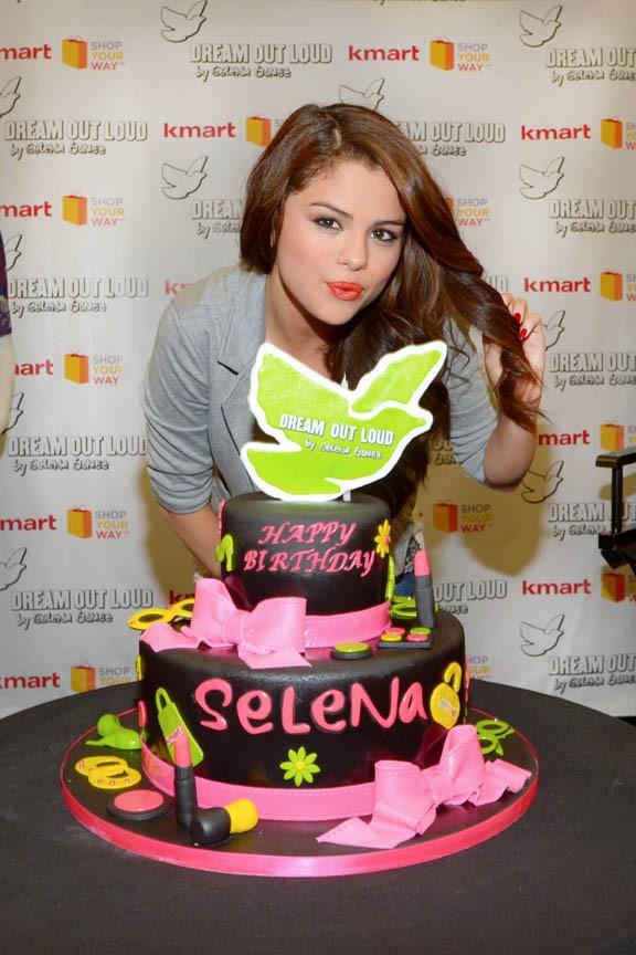 Selena Gomez présente ses nouvelles créations pour Dream Out Loud à New-York le 24 juillet 2013