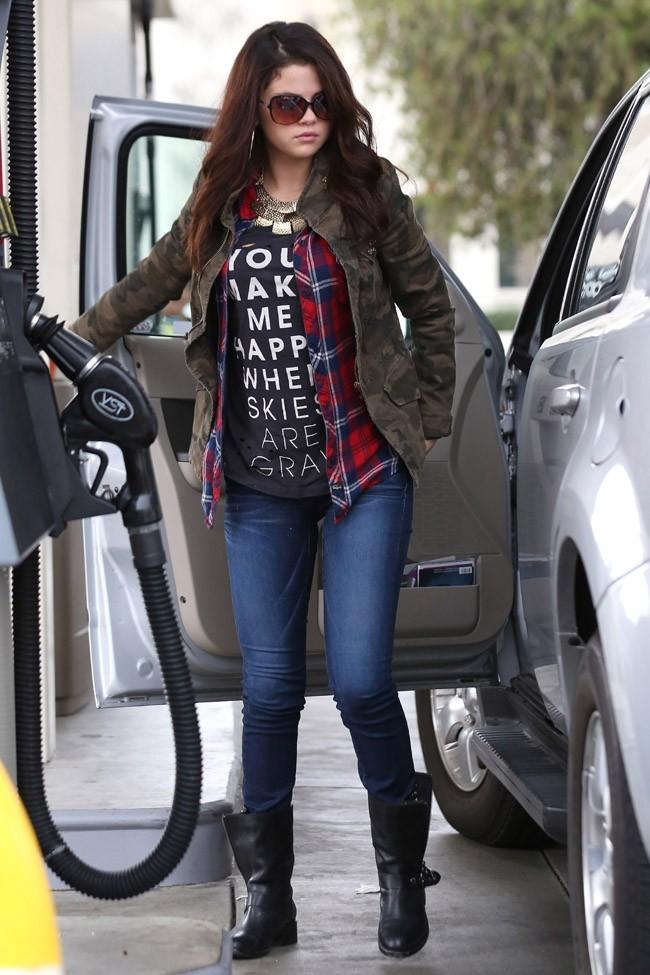 Selena Gomez à une station essence de Los Angelesle 17 novembre 2012