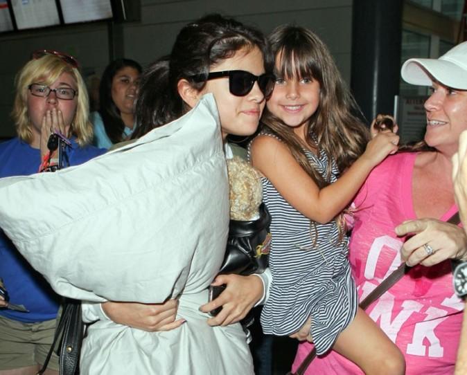 Selena, trop sympa, prend des photos avec des petites fans !