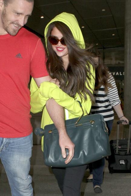 Selena Gomez et son beau-père Brian Teefey à l'aéroport de Los Angeles, le 10 juillet 2013.