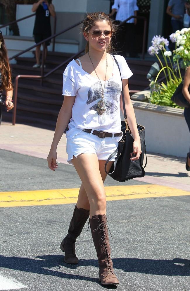Selena Gomez sexy en short blanc le 23 juillet 2012 à Encino