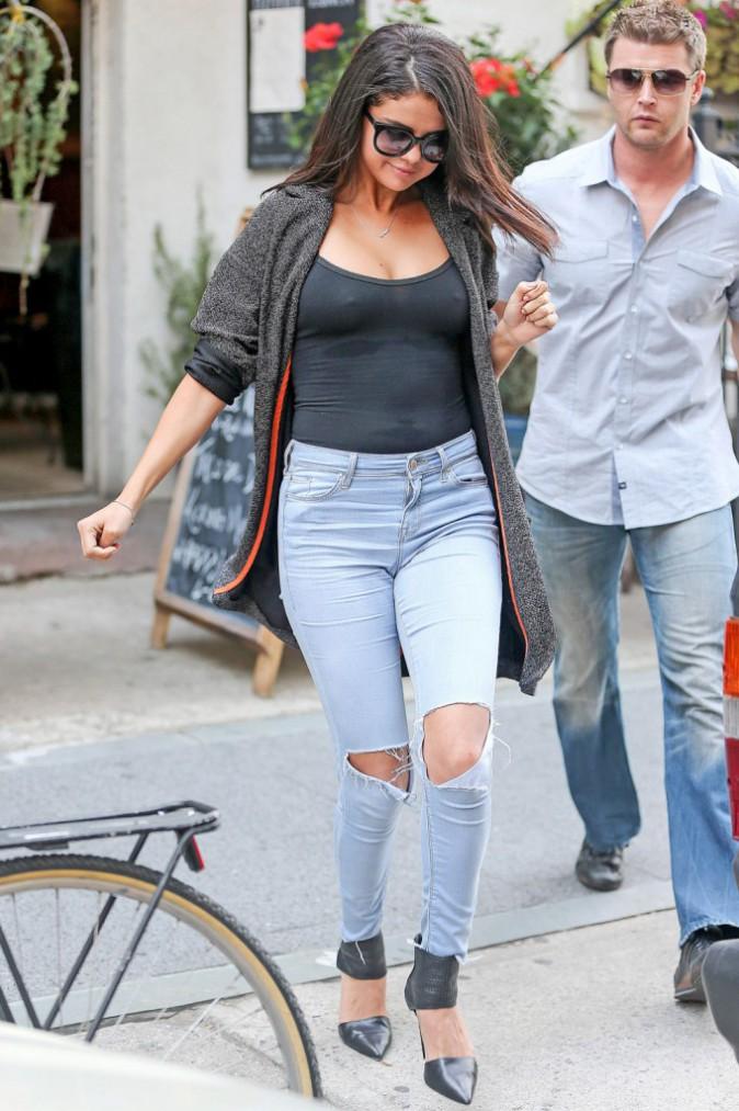 Photos : Selena Gomez : tétons apparents et plus heureuse que jamais… aurait-elle fait refaire ses seins ?