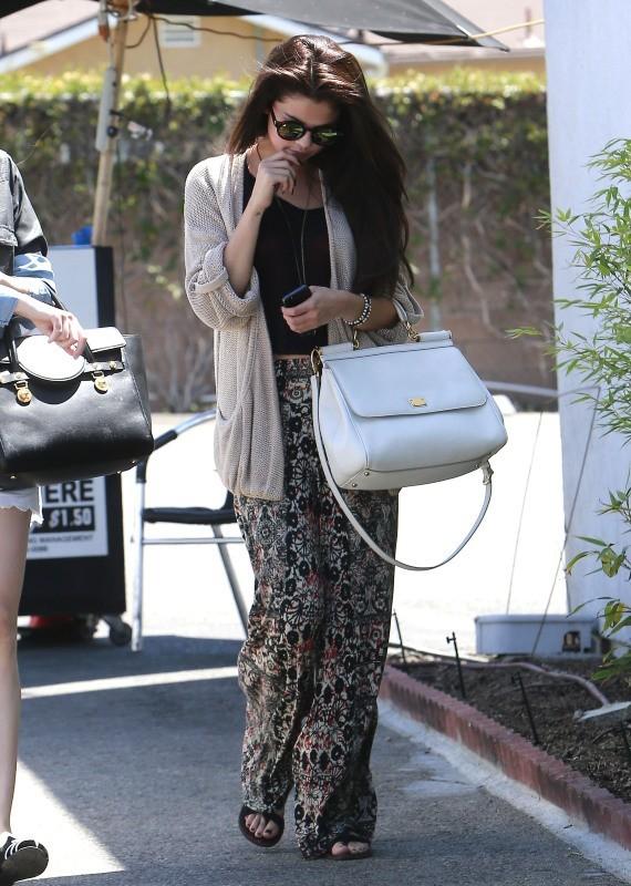 Selena Gomez va déjeuner chez Kabuki à Encino, le 10 juin 2013.