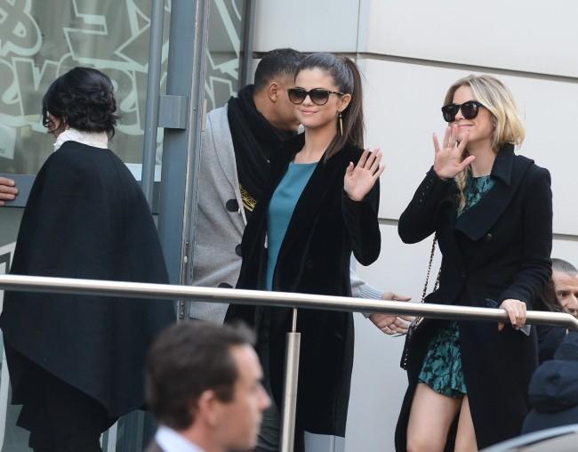 Selena Gomez et Ashley Benson le 18 février 2013 à Paris
