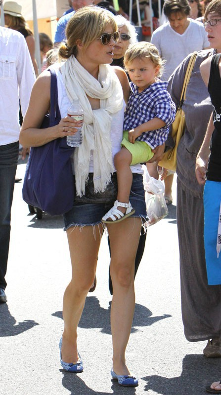 Selma Blair et son adorable petit Arthur au Farmer's Market de Studio City