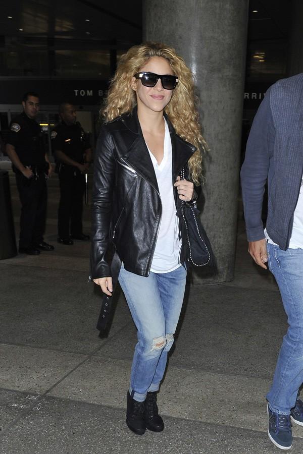 Shakira à l'aéroport de Los Angeles le 27 octobre 2013