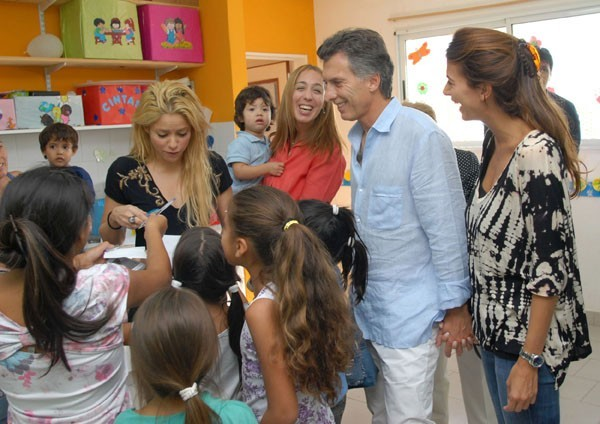 Entourée d'une douzaine d'enfants...Shakira c'est un peu mère Thérésa !