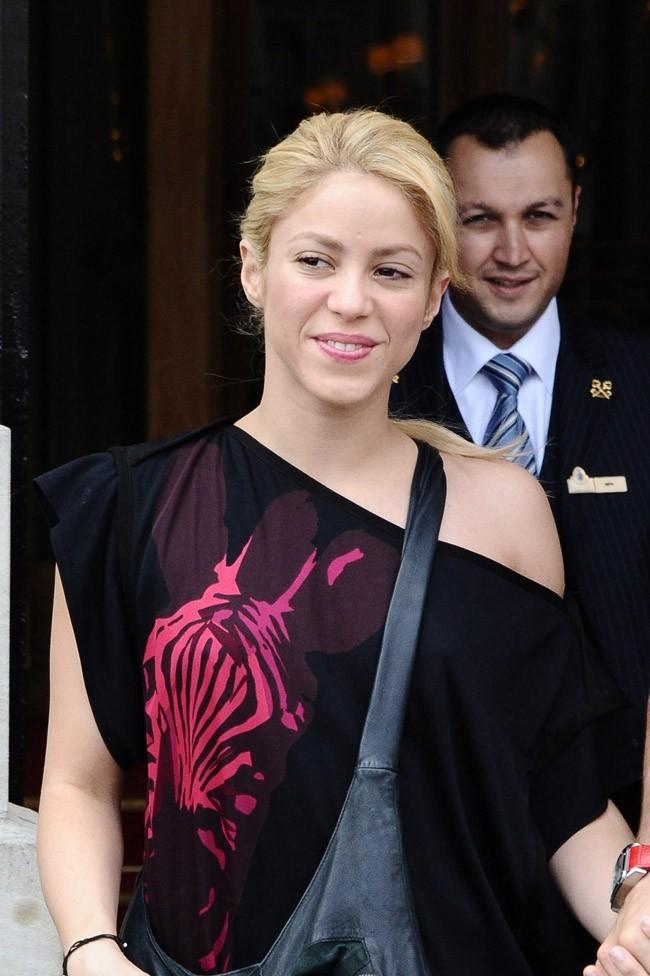Shakira évalue d'un coup d'oeil le nombre d'autographes à signer...une bonne centaine !