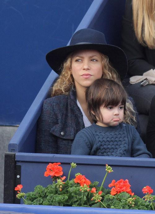 Shakira et Gerard Piqué avec leur fils Milan à Barcelone le 26 avril 2015