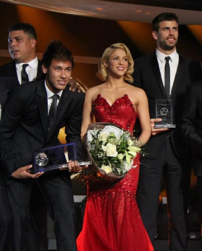 Shakira entourée de footballeurs lors du Gala FIFA Ballon d'Or 2011 à Zurich, le 9 janvier 2012.