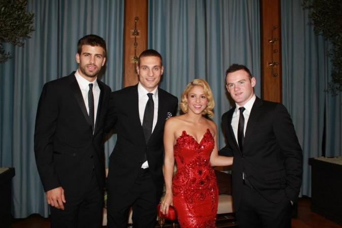 Shakira, son amoureux Gérard Piqué, et Wayne Rooney lors du Gala FIFA Ballon d'Or 2011 à Zurich, le 9 janvier 2012.