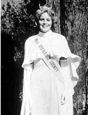 Sharon Stone couronnée Miss Crawford County puis Miss Pennsylvanie en 1975