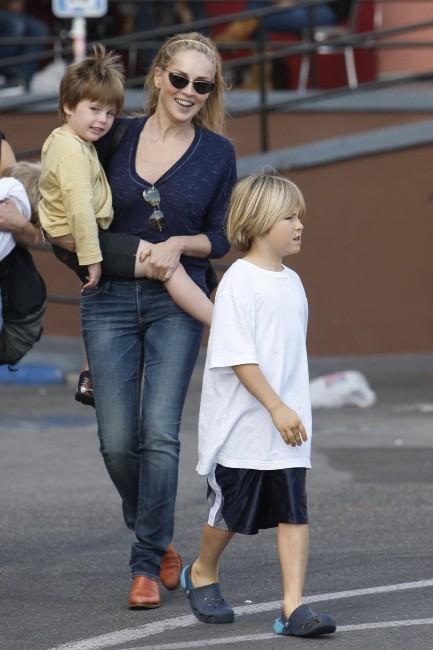 Sharon Stone avec ses fils à Los Angeles, le 13 novembre 2011.