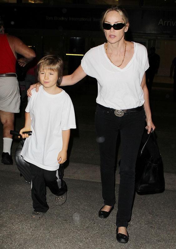 C'est le jeune Roan qui porte la valise !