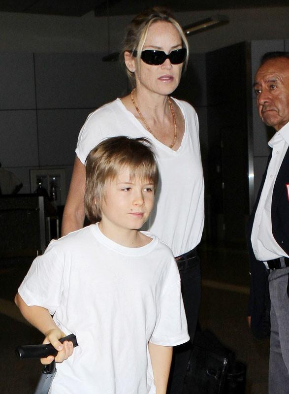 Sharon Stone et son fils à l'aéroport de LA