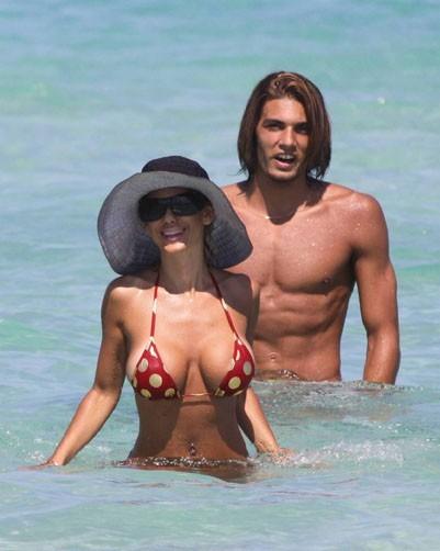La playmate se baigne avec son chapeau...trop pudique ! En octobre 2009, à Miami.
