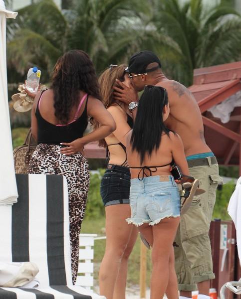 Shemar Moore et ses fans sur la plage à Miami, le 2 septembre 2013.