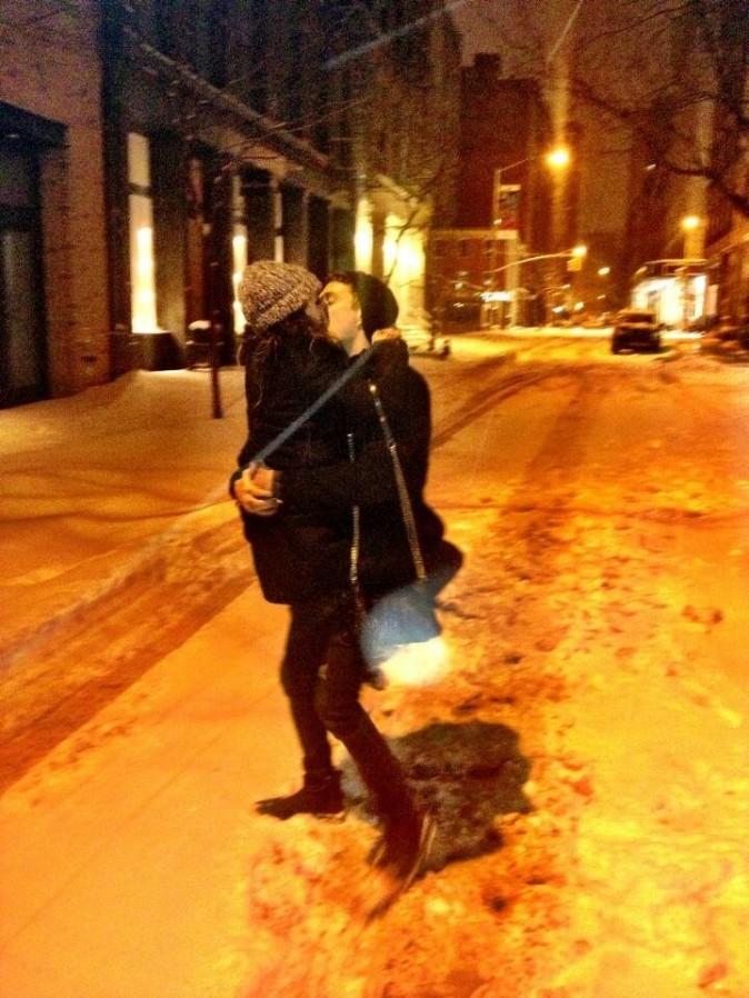 Shenae Grimes dans les bras de son fiancé, Josh Beech. Trop mignons !