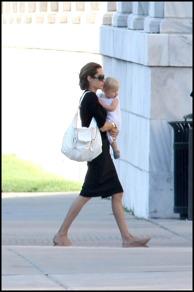 Quand ce n'était pas dans les bras de papa, c'était dans les bras d'Angelina que Shiloh a passé ses jeunes années...