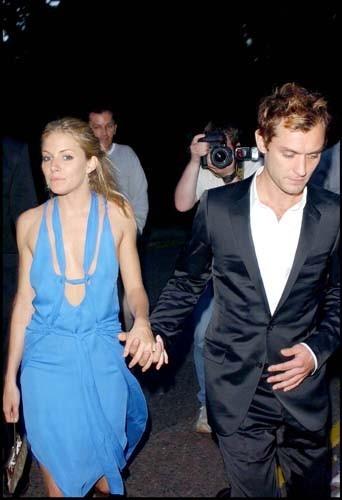 Jude Law et Sienna Miller lors de la soirée David Frost's annual summer party, le 6 juillet 2004 à Londres.